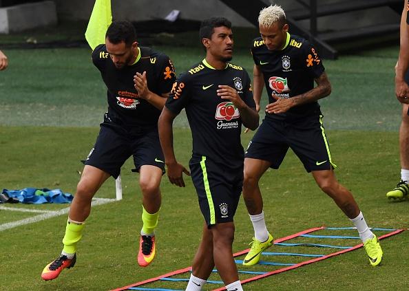 Paulinho (C) in training before the Ecuador game | Photo: Vanderlei Almeida/AFP/Getty Images