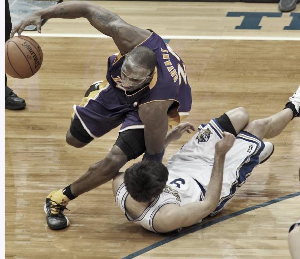 Ricky cae lesionado ante Kobe Bryant | Foto: Star Tribune