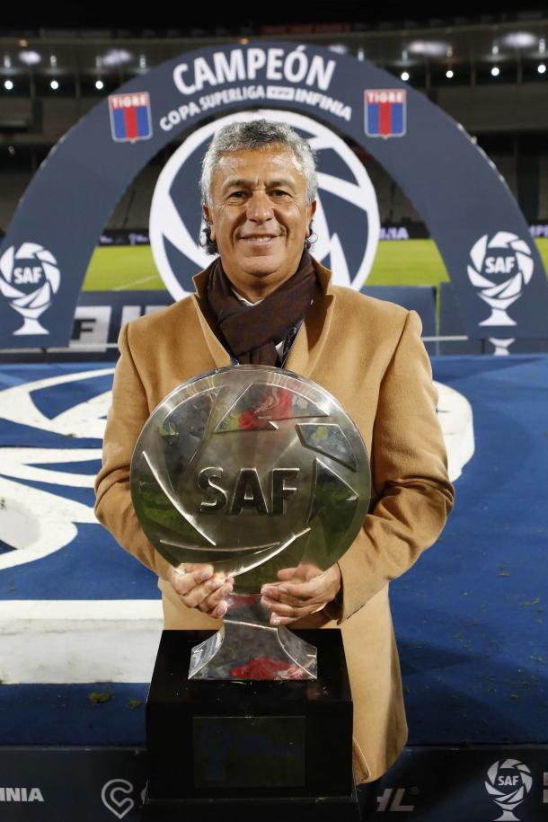 Pipo y la copa soñada. Foto: Club Atlético Tigre.