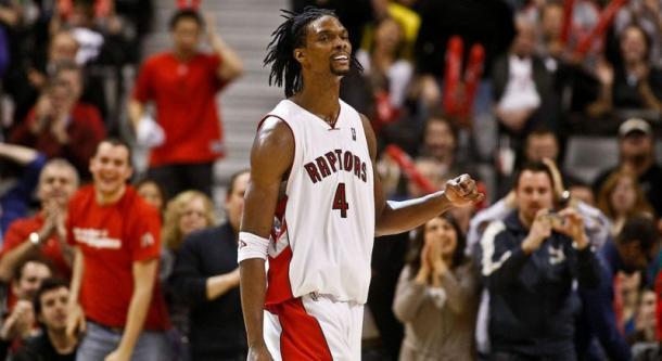 Bosh durante un encuentro con la elástica de los Raptors | Foto: Yahoo Sports