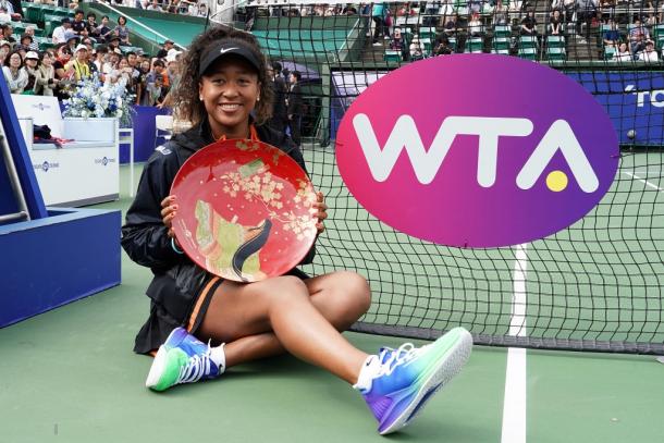 Naomi Osaka with her Osaka title | Photo: Koji Watanabe