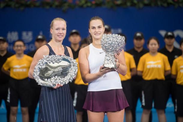 Aryna Sabalenka and Kiki Bertens with their respective trophies | Photo: VCG