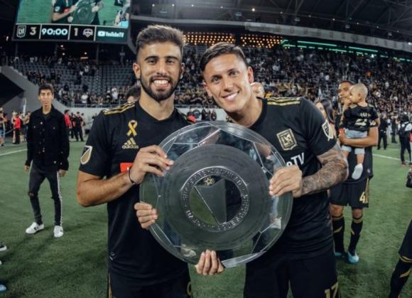 Rossi y Fernandez celebrando la Supporters' Shield (ovaciondigital.com.uy)