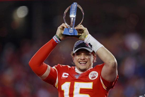 Mahomes holds up the AFC Championship trophy/Photo: Charlie Neibergall/Associated Press