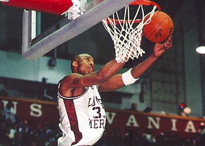 Kobe Bryant realiza un mate con la camiseta de Lower Merion | Foto: Delco Times