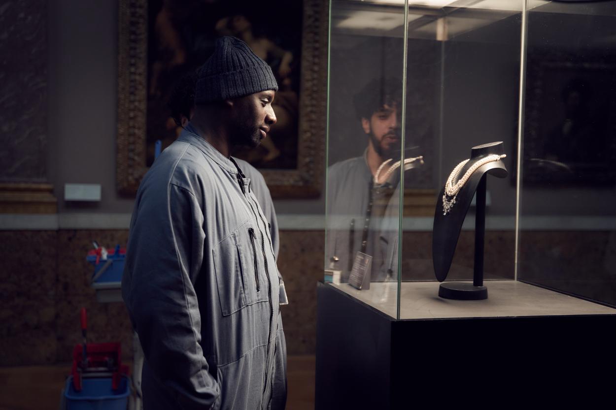 Assane Diop contemplando el collar de Maria Antonieta en el Louvre / Vía Netflix