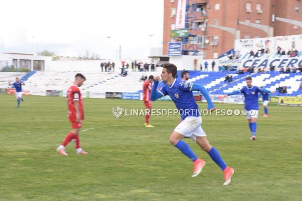 Pablo Aguilera, autor del gol, celebrándolo y dedicándolo a la grada | Foto: Fuente Linares Deportivo