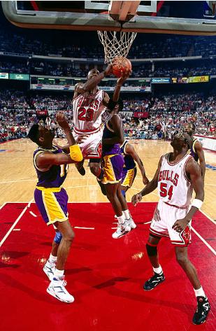 Michael Jordan anota una de sus canastas más icónicas | Foto: Getty Images