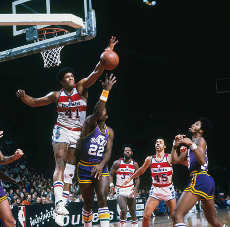 Wes Unseld tapona un lanzamiento | Foto: Getty Images