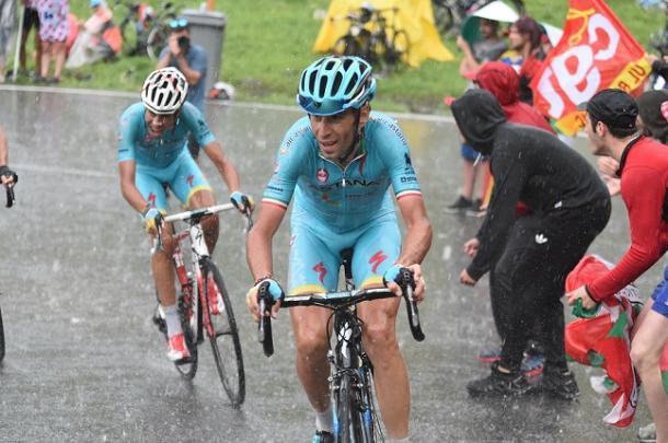 El alumno, guiado por el maestro. | Foto: CyclismeActu