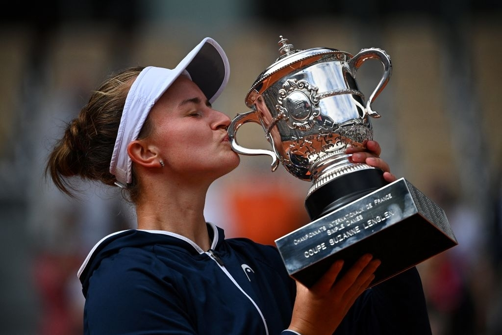 Krejcikova gracing with her trophy after winning Roland Garros, her first Grand Slam title in singles, the second Czech to achieve that feat this millennium. Photo: