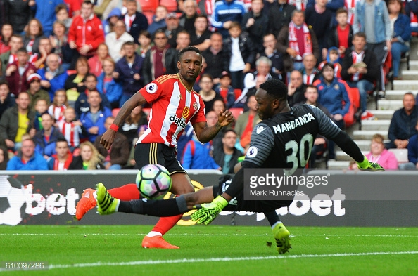Defoe slots the ball beyond Mandanda to open the scoring | Photo: Getty images / Mark Runnacles