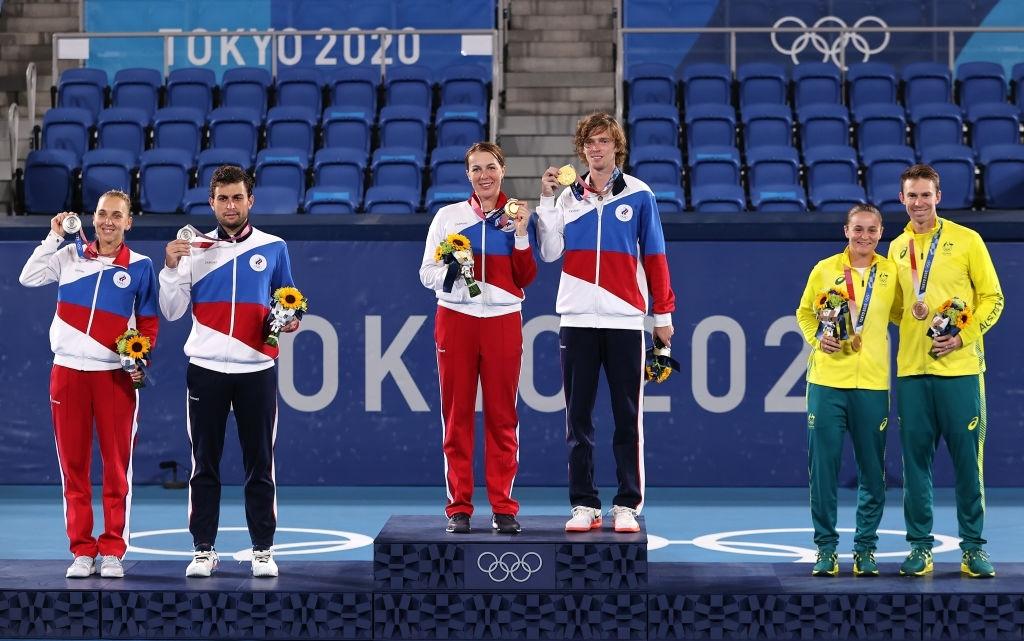 The medallists grace the podium. <b><a  data-cke-saved-href='https://vavel.com/en-us/tennis-usa/2021/07/27/1079675-tokyo-2020-elena-rybakina-sees-off-donna-vekic-to-complete-quarterfinal-line-up.html' href='https://vavel.com/en-us/tennis-usa/2021/07/27/1079675-tokyo-2020-elena-rybakina-sees-off-donna-vekic-to-complete-quarterfinal-line-up.html'>Photo: Clive Brunskill</a></b>