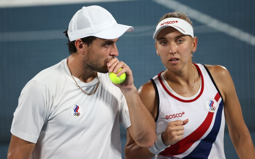 Vesnina/Karatsev in action during the gold medal match. Photo: