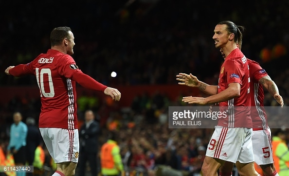Ibrahimovic celebrates with his teammates after scoring the winner | Photo: Paul Ellis / Getty Images