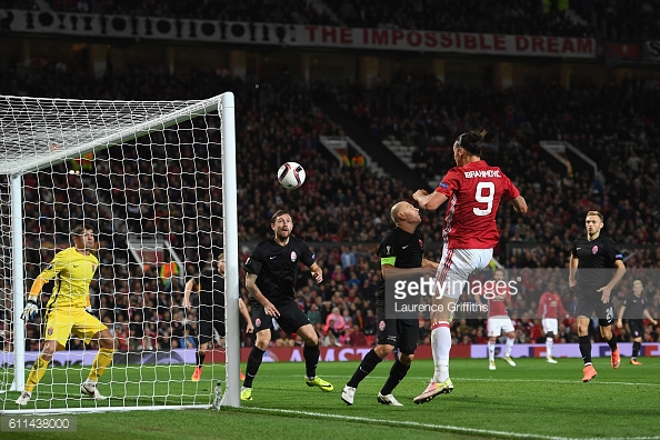 Ibrahimovic heads home the winner for United | Photo: Laurence Griffiths / Getty Images