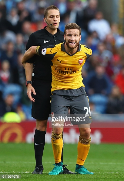 Shkodran Mustafi displays his hands on approach to disputing a decision. | Photo: Getty