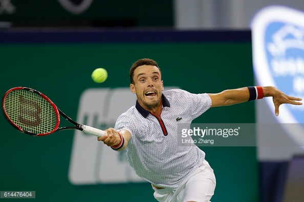 Roberto Bautista Agut stretches for a forehand during his quarterfinal win over Jo-Wilfried Tsonga/Photo: Lintao Zhang/Getty Images