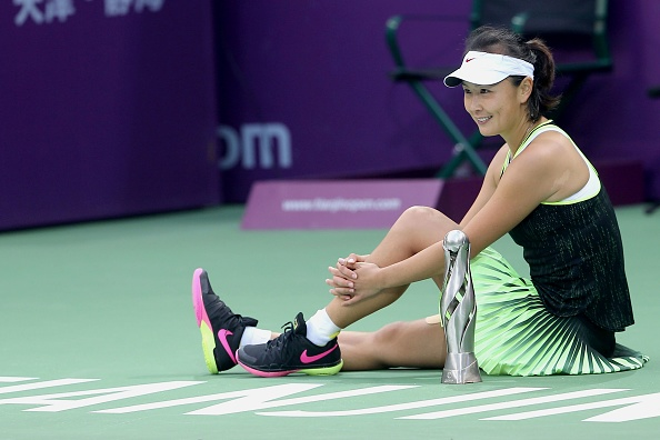 Peng Shuai with her title in Tianjin last year | Photo: STR/Getty Images