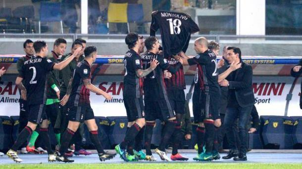 La dedica dei rossoneri a Riccardo Montolivo, fuori per la rottura del crociato. Getty
