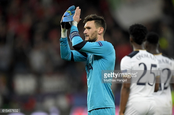 Lloris claps the away fans after the final whistle | Photo: Matthias Hangst / Getty Images