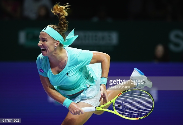 Svetlana Kuznetsova serves to Agnieszka Radwanska during their round robin match in Singapore/Photo: Clive Brunskill/Getty Images