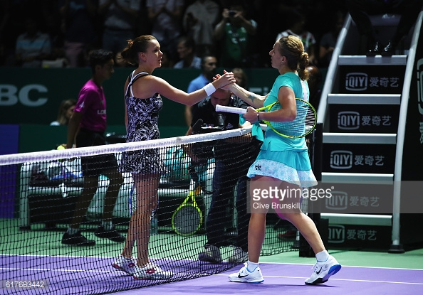 Svetlana Kuznetsova and Agnieszka Radwanska shake hands following the Russian's dramatic three set victory/Photo: Cliver Brunskill/Getty Images