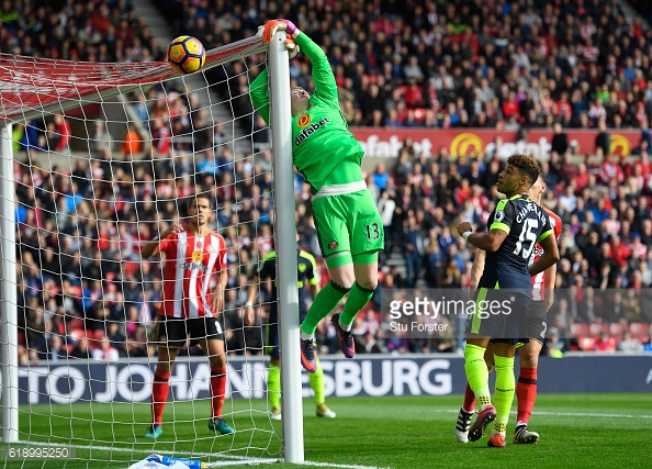 Above: Jordan Pickford seeing a chance over the crossbar in Sunderland's 4-1 defeat to Arsenal | Photo: Getty Images