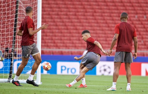 Firmino lanzando lujos en el entrenamiento de fútbol / Fotos: Twitter oficial del Liverpool