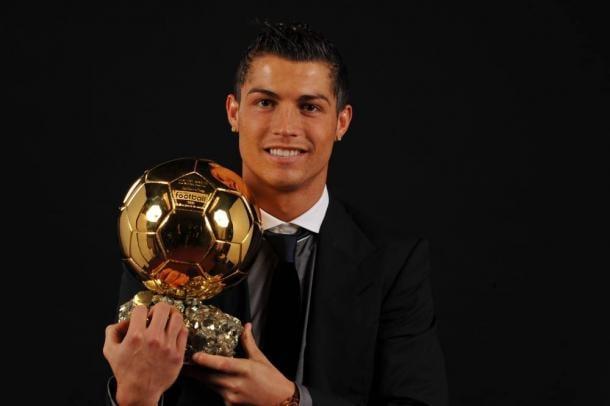 Cristiano Ronaldo posando con su primer Balón de Oro | Fuente: Francefootball