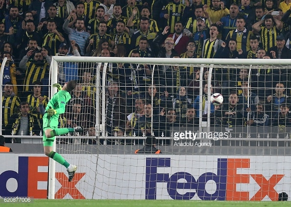 Above: Moussa Sow's goal hitting the back of the net in Fenerbahce's 2-1 win over Manchester United | Photo: Getty Images