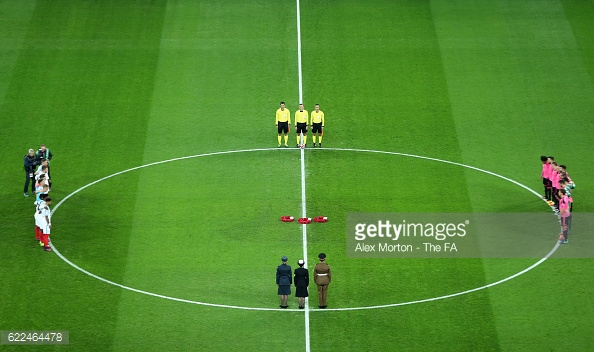 The two sides observe a minutes silence (photo: Getty Images)