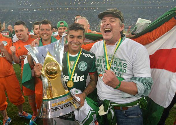 Dudu levantou a taça do Campeonato Brasileiro, como capitão, em 2016 (Foto: Levi Bianco/Brazil Photo Press/LatinContent/Getty Images)