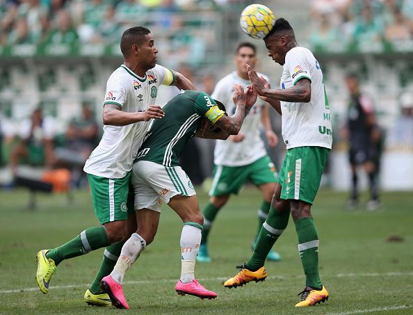 Zagueiro jogou pela primeira vez em quatro meses ao voltar de lesão contra o Palmeiras (Foto: Friedemann Vogel / Getty Images)