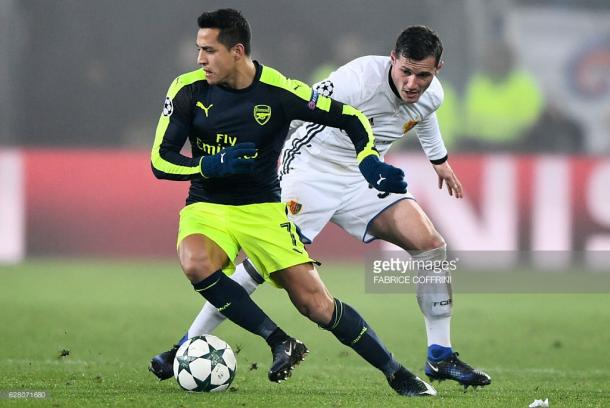 Sanchez turns past Taulant Xhaka. | Photo: Getty Images/Fabrice Coffrini