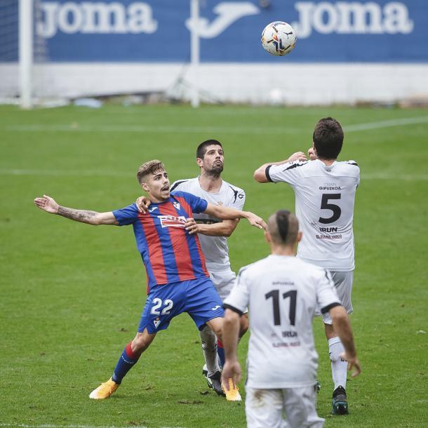 Pozo, durante una disputa, rodeado de jugadores del Real Unión | Fuente: @SDEibar