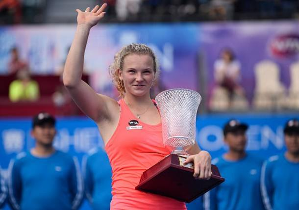Katerina Siniakova proudly posing alongside her 2017 Shenzhen Open title | Photo: Anadolu Agency via Getty Images