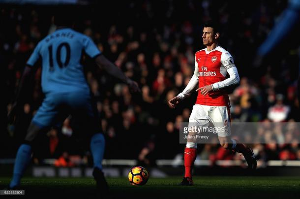 Laurent Koscielny is monitored by Ashley Barnes. | Photo: Getty Images/Julian Finney