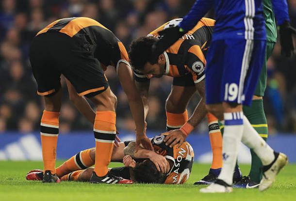 Mason foi acudido imediatamente após o choque (Foto: Richard Heathcote/Getty Images)