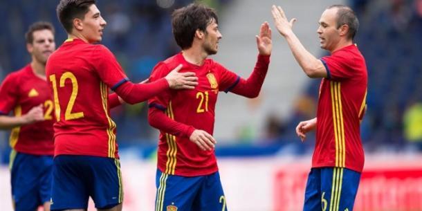 Hector Bellerin alongside David Silva and Andres Iniesta. Photo: El Pais