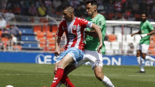 Caballero luchando un balón | Fuente: La Liga