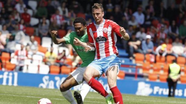 Owona luchando un balón | Fuente: La Liga