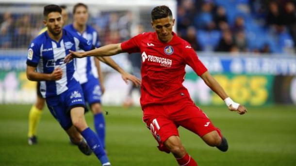 Fajr golpea un balón ante la mirada de Sobrino. / Foto: La Liga