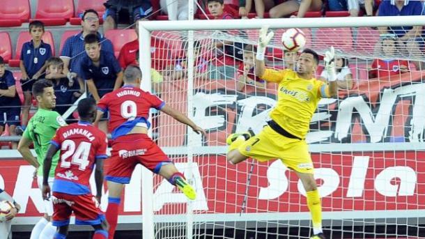 René atrapando un balón en el Numancia-Almería | Fuente: La Liga