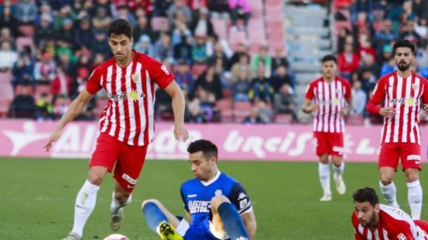 César de la Hoz disputando la pelota | Fuente: UD Almería