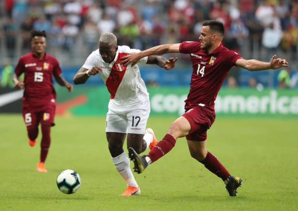 Advíncula desbordando a Luis Mago / Foto: Twitter Selección Peruana
