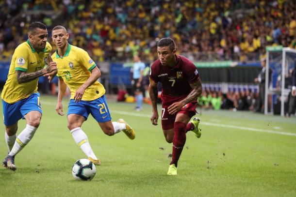 Machís desbordando a Dani Alves / Foto: Twitter oficial Selección Venezolana de Fútbol.