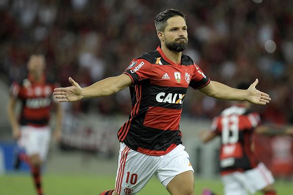 De falta, Diego marcou o primeiro gol do Flamengo na Libertadores 2017 (Foto: Alexandre Loureiro/Getty Images)