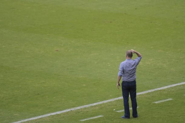 Mano quebrou a cabeça para tentar fazer o Cruzeiro melhorar no jogo, mas não conseguiu vencer na estreia (Foto: Agência i7/Mineirão)