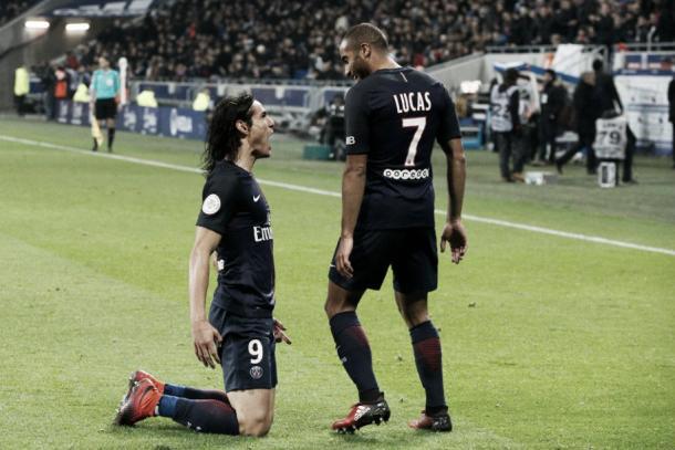 Cavani celebra el segundo tanto junto a Lucas Moura // Foto: PSG